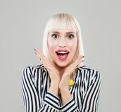 Ritratto della donna felice sorpresa Modello scosso Immagine Stock Libera da Diritti