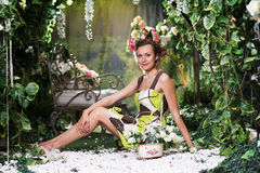 Ritratto della donna in giardino floreale verde Fotografie Stock Libere da Diritti