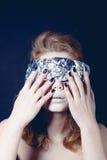 Ritratto della donna graziosa avvolto nello sguardo della stagnola Fotografie Stock Libere da Diritti
