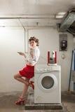 Ritratto della donna graziosa in lavanderia Fotografie Stock