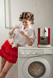 Ritratto della donna graziosa in lavanderia Fotografie Stock Libere da Diritti