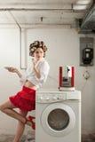 Ritratto della donna graziosa in lavanderia Fotografia Stock