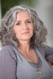 Donna grigio-dai capelli rilassata immagine stock libera da diritti