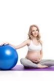 Ritratto della donna incinta con Fitball Immagine Stock