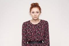Ritratto della donna infelice e depressa con il feelin dei capelli dello zenzero Fotografie Stock Libere da Diritti
