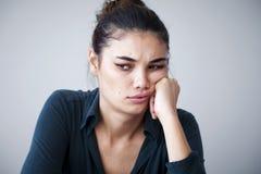 Ritratto della donna infelice su fondo grigio Fotografia Stock
