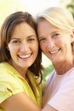 Ritratto della donna maggiore con la figlia adulta immagine stock
