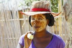 Ritratto della donna malgascia con la maschera di tradytional sul fronte Immagini Stock