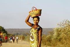 Ritratto della donna malgascia con la maschera di tradytional sul fronte Immagine Stock Libera da Diritti