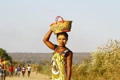Ritratto della donna malgascia con la maschera di tradytional sul fronte Fotografia Stock Libera da Diritti