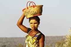 Ritratto della donna malgascia con la maschera di tradytional sul fronte Fotografia Stock