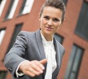 Ritratto della donna moderna di affari che allunga mano per la stretta di mano Fotografie Stock