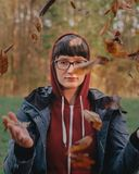 Ritratto della donna in natura fotografie stock libere da diritti