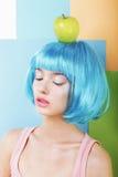 Ritratto della donna in parrucca blu con Apple verde fotografie stock libere da diritti
