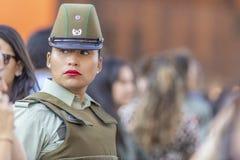 Ritratto della donna della polizia di Carabinero alle vie di Santiago durante il giorno 8M delle donne a Santiago de Chile immagine stock libera da diritti