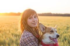 Ritratto della donna redhed giovani con il cane fotografia stock