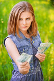 Ritratto della donna rigorosa con soldi Immagini Stock