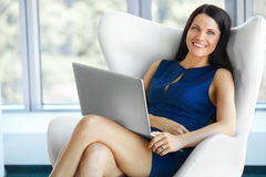 Ritratto della donna rilassata di affari in ufficio Rilassi e libertà Immagini Stock Libere da Diritti