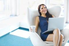 Ritratto della donna rilassata di affari in ufficio Rilassi e libertà Fotografia Stock Libera da Diritti