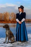 Ritratto della donna romantica in vestito d'annata sul fiume fotografia stock