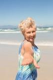 Ritratto della donna senior allegra che sta contro il chiaro cielo Immagini Stock Libere da Diritti