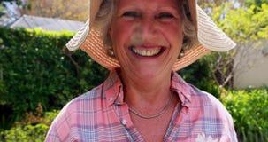 Ritratto della donna senior felice che tiene mazzo di fiori 4k stock footage
