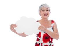 Ritratto della donna senior felice che tiene segno in bianco fotografie stock