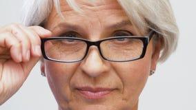 Ritratto della donna senior nello sguardo di vetro archivi video