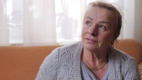 Ritratto della donna senior premurosa Fine in su stock footage