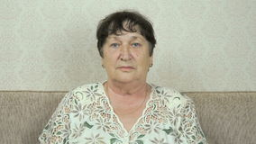 Ritratto della donna senior seria con lo sguardo duro archivi video