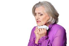 Ritratto della donna senior triste con gridare del fazzoletto fotografia stock libera da diritti