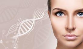 Ritratto della donna sensuale fra le catene bianche del DNA immagini stock libere da diritti