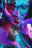 Ritratto della donna sensuale nei colpi variopinti della pittura Immagini Stock