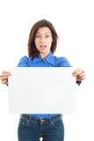 Ritratto della donna sorpresa con l'annuncio che esamina macchina fotografica Fotografia Stock Libera da Diritti