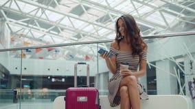 Ritratto della donna sorridente che usando riconoscimento della voce dello smartphone Giovane ragazza caucasica in terminale di a video d archivio