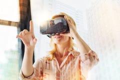 Ritratto della donna sorridente con i vetri virtuali Fotografia Stock