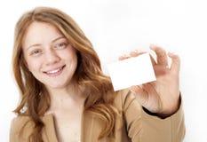 Ritratto della donna sorridente di affari che dà biglietto da visita in bianco Fotografia Stock