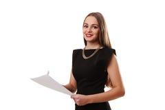 Ritratto della donna sorridente di affari con carta in bianco, isolato sopra Immagini Stock Libere da Diritti