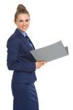 Ritratto della donna sorridente di affari con i documenti Immagini Stock Libere da Diritti