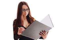 Ritratto della donna sorridente di affari con la cartella di carta, o isolata Fotografia Stock
