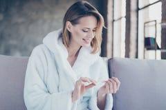 Ritratto della donna sorridente felice allegra con brevi capelli biondi fotografia stock