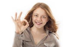 Ritratto della donna sorridente felice con il gesto giusto Immagini Stock Libere da Diritti