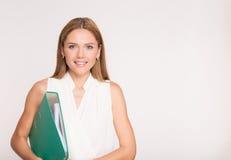Ritratto della donna sorridente felice di affari con la cartella blu, isola Fotografie Stock