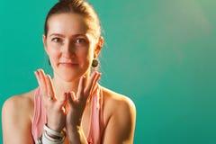 Ritratto della donna sorridente felice di yoga Immagini Stock