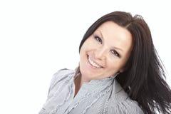 Ritratto della donna sorridente sopra bianco Immagine Stock