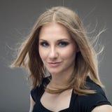Ritratto della donna sorridente su grey Fotografie Stock