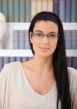 Ritratto della donna sorridente in vetri Immagini Stock Libere da Diritti