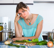 Ritratto della donna stanca alla cucina Fotografie Stock Libere da Diritti