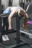 Ritratto della donna stanca che ha resto dopo l'allenamento Fotografie Stock