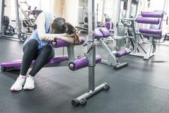 Ritratto della donna stanca che ha resto dopo l'allenamento Fotografia Stock